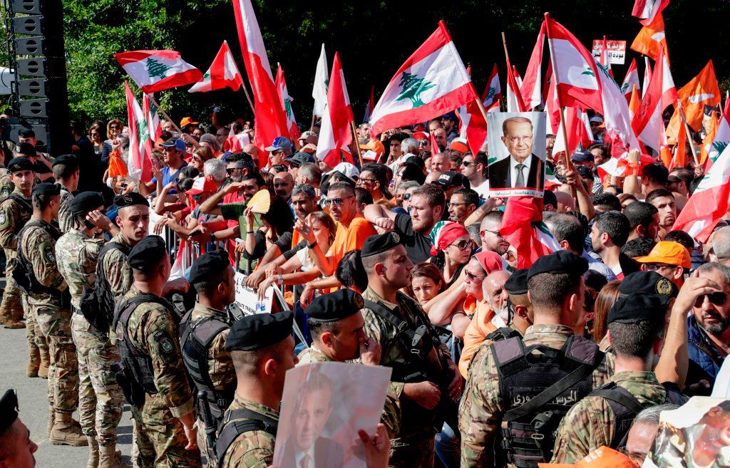 مناصرون للرئيس اللبناني ميشال عون في بعبدا (غيتي)