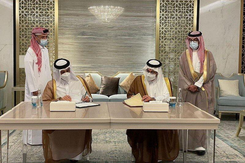 مساعد العيبان ومحمد بن عبدالرحمن أثناء توقيع اتفاقية إنشاء المجلس (واس)