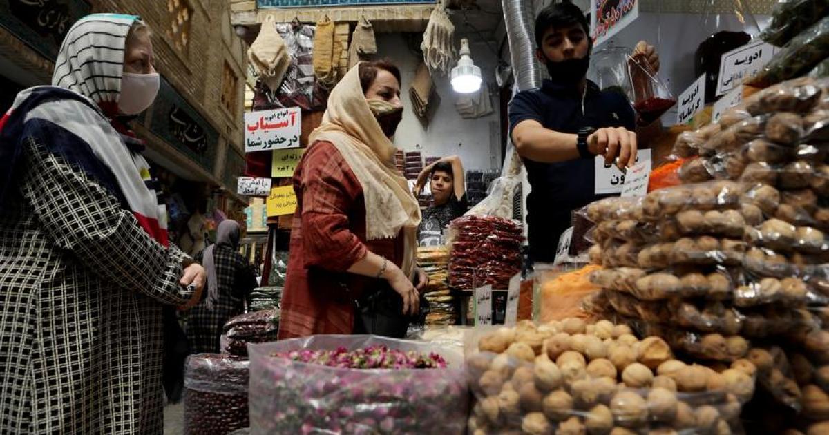 الشعب الإيراني غارق في التضخم ويعاني ارتفاع أسعار المواد الغذائية بينما القيادة