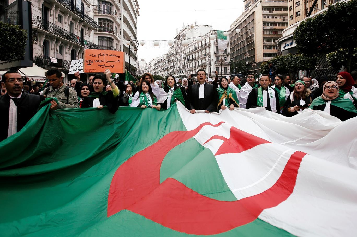 كارثة اقتصادية تهدد الجزائر... مع استمرار الحراك الشعبي والانسداد السياسي | اندبندنت عربية