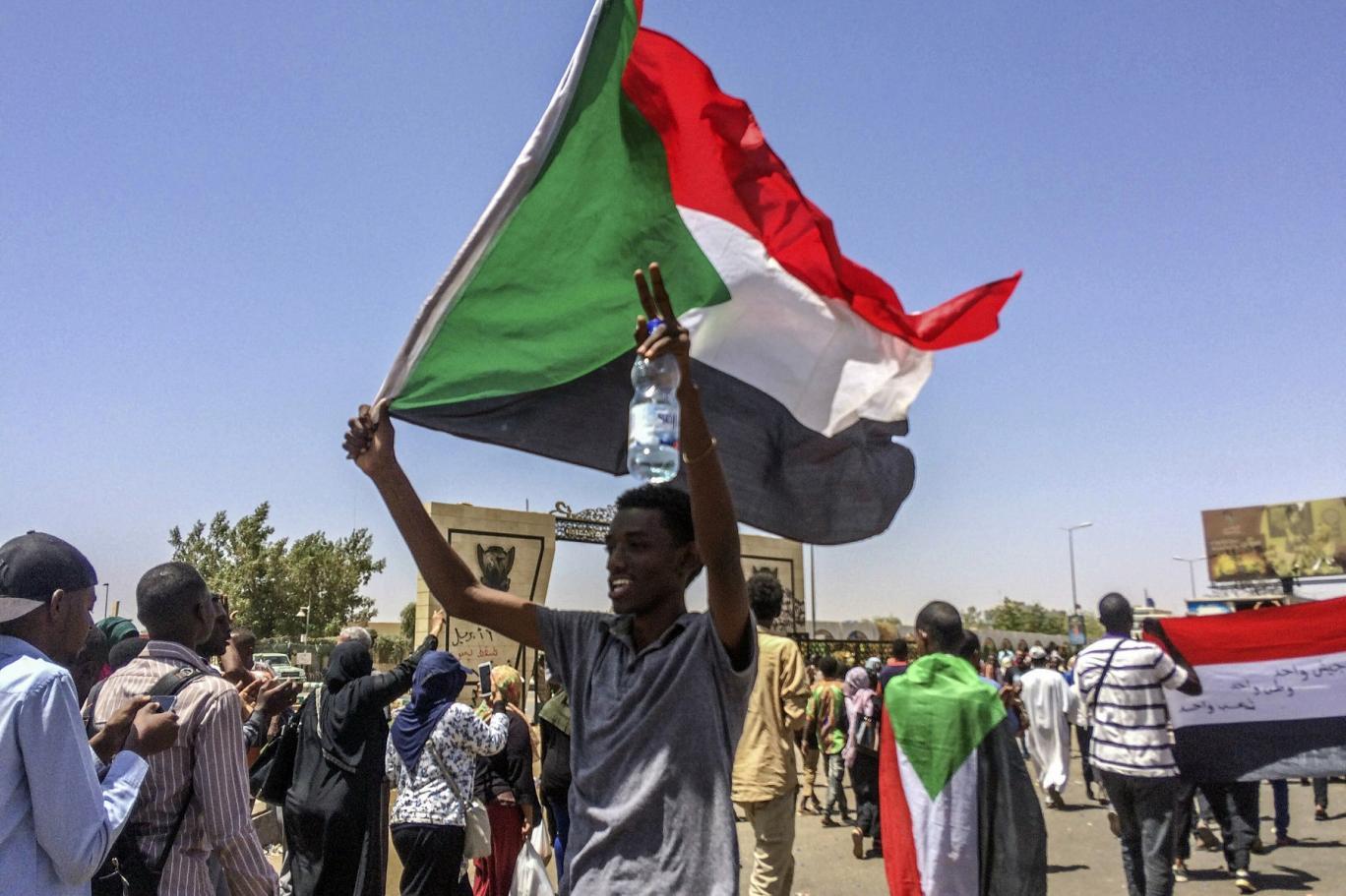 بدأ الحراك الشعبي في السودان احتجاجاً على رفع أسعار الخبز والوقود ثم تحول إلى دعوة إلى إسقاط نظام البشير (أ. ب)