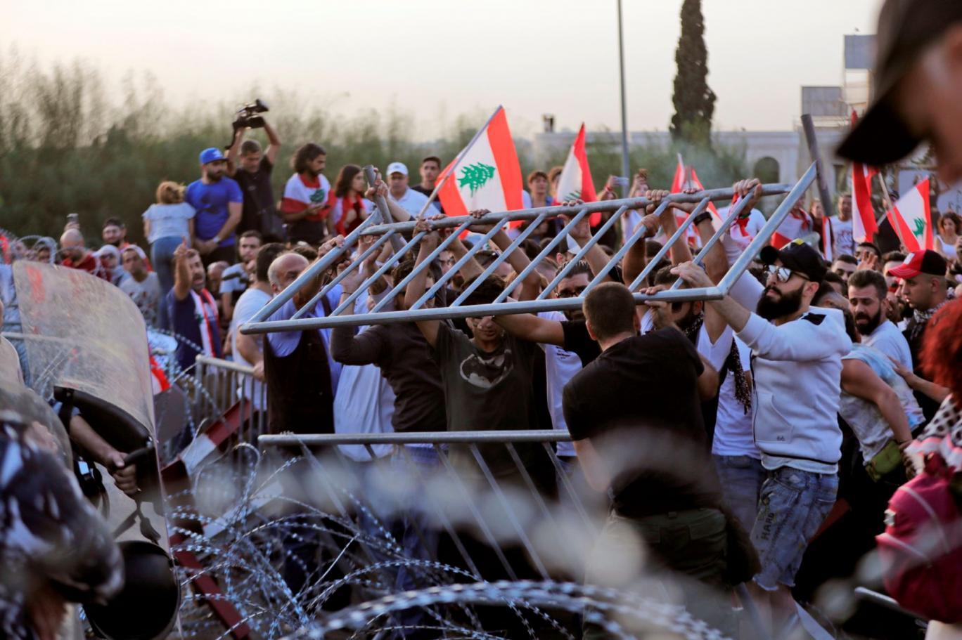 الرئيس اللبناني بين تاريخين وجمهورين أمام القصر الجمهوري