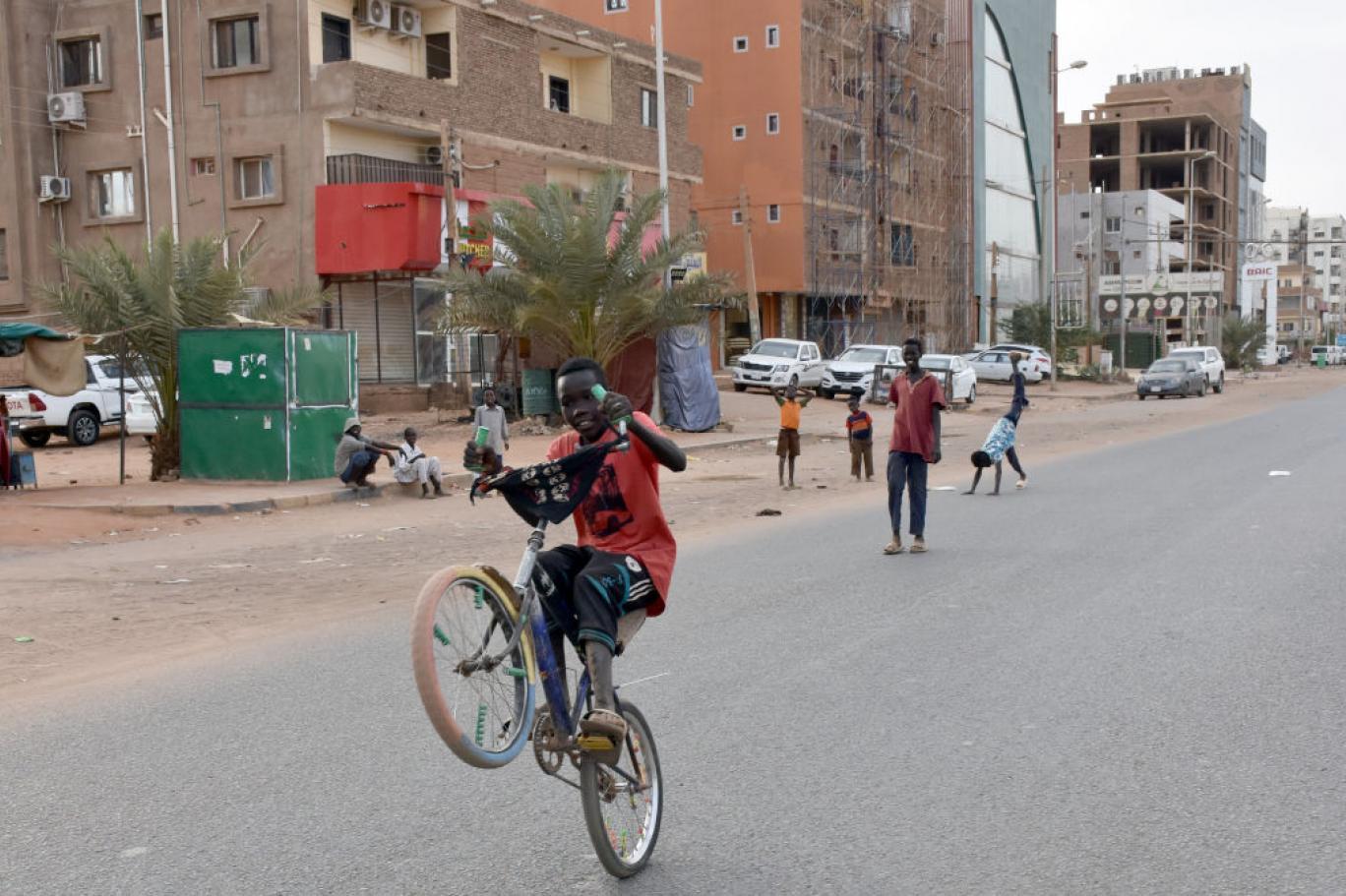 الفقر في الخرطوم يحول دون تنفيذ حظر التجول | اندبندنت عربية