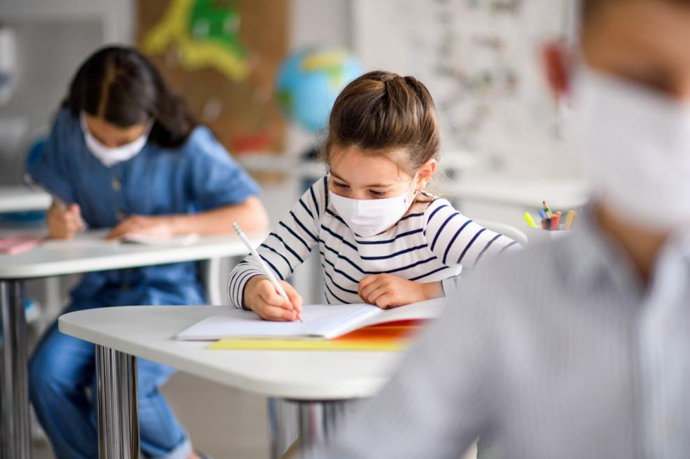 الصغار مطالبون بارتداء الكمامات في بعض مدارس إنجلترا | اندبندنت عربية