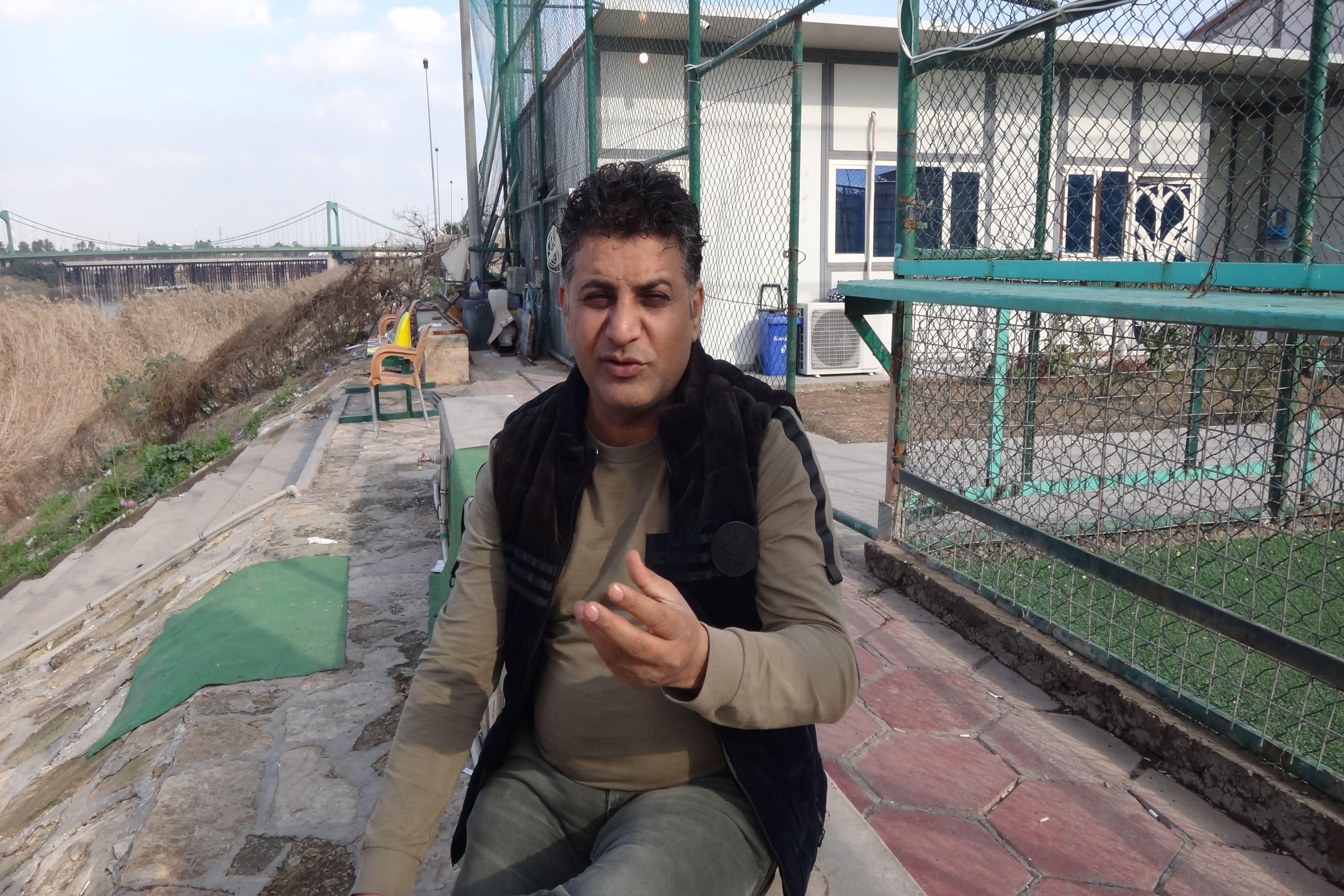 كان حسن يملك محل حلاقة في بغداد قبل هجرته إلى أوروبا (إندبندنت عربية)