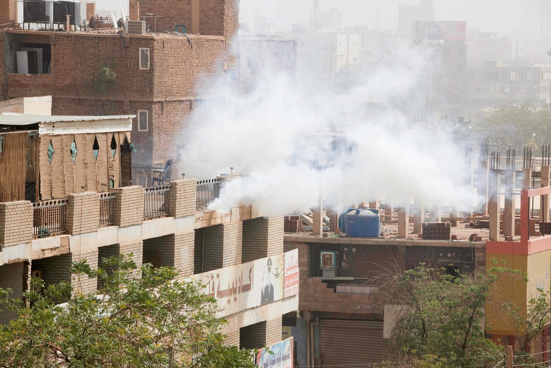 الغاز المسيل للدموع بوجه المتظاهرين.jpg