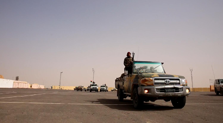 أليات من الجيش الليبي في سفح قلعة سبها التاريخية.PNG