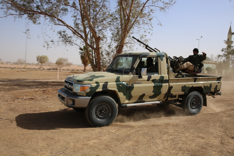 آلية من الجيش الليبي تتأهب للخروج إلى مدن جنوب سبها.JPG