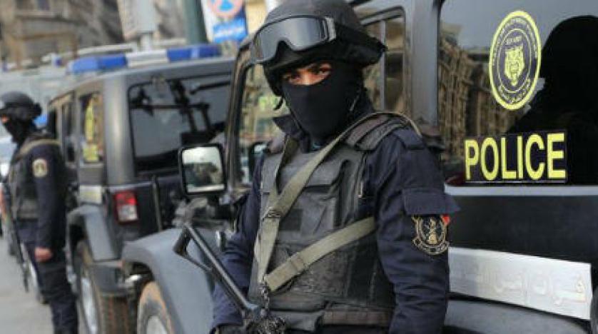 عنصران من الشرطة المصرية (رويترز)