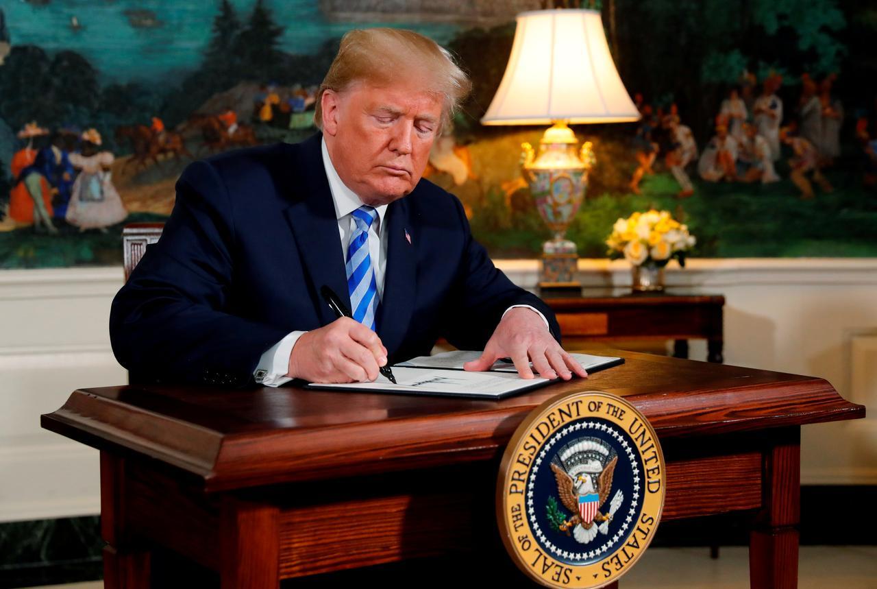 الرئيس الأمريكي دونالد ترامب يوقع على إعادة فرض.jpg