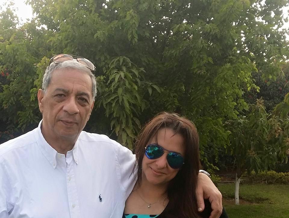القاضية مروة هشام بركات مع والدها النائب العام ( الصفحة الرسمية لنجلة بركات على فيسبوك)