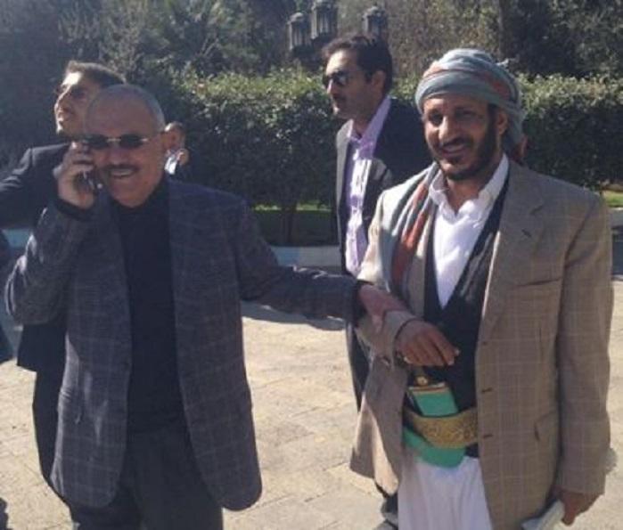 صورة إرشيفية لطارق محمد عبدالله صالح مع عمه الرئيس الراحل علي عبدالله صالح.jpg