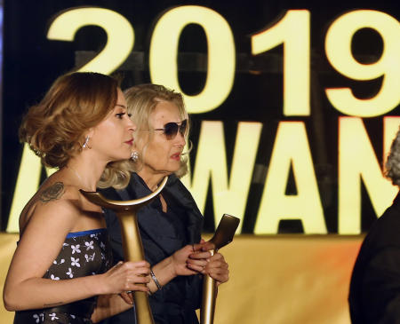 الممثلة الأمريكية بربارا بوشيه ترافقها الممثلة المصرية منة شلبي أثناء تكريمها خلال الدورة الثالثة من مهرجان أسوان الدولي لسينما المرأة 20 فبراير/ شباط 2019. (أ.ب)