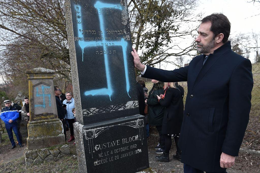 وزير الداخلية الفرنسي يكشف على قبر في فرنسا رسم عليه العنصريون البيض شعر النازية، 19 فبراير (شباط) 2019. (أ.ف.ب)
