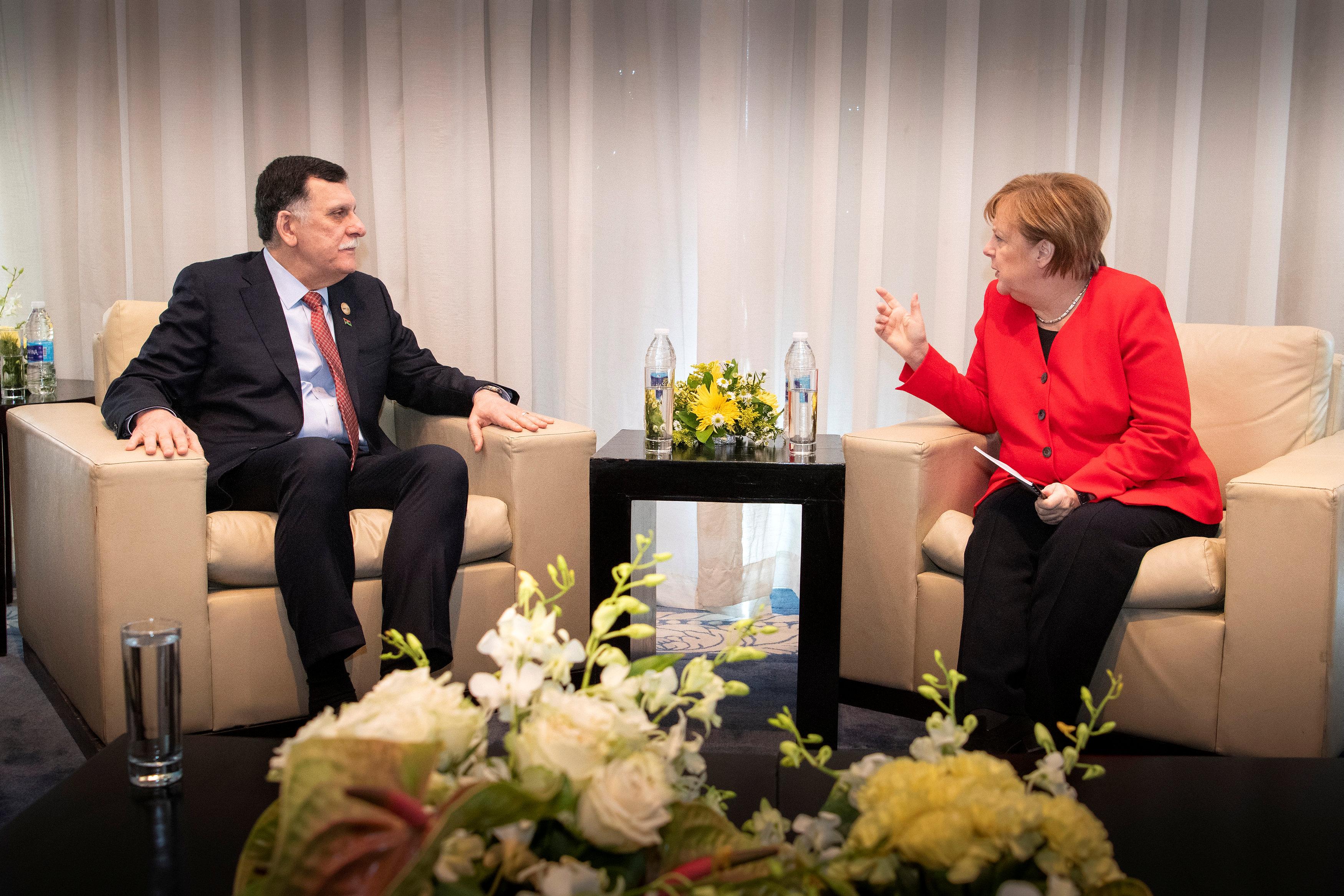 المستشارة الألمانية أنجيلا ميركل تلتقي رئيس الوزراء الليبي فايز السراج على هامش القمة العربية الأوربية في يومها الثاني في شرم الشيخ ، 25 فبراير(شباط) 2019. (رويترز)