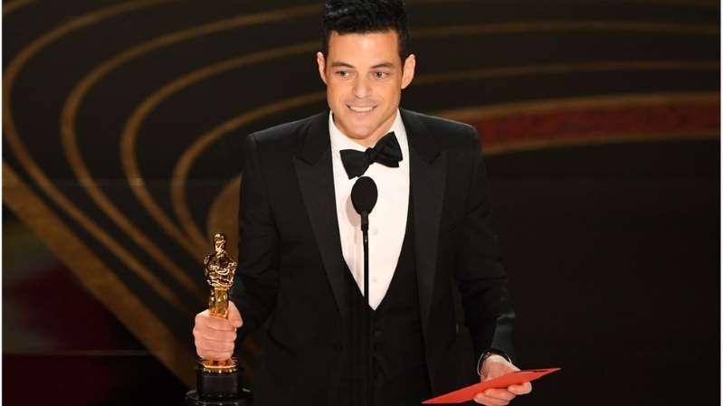 الممثل المصري الأصل رامي مالك يتسلم جائزة أفضل ممثل في حفل الأوسكار. (أ.ف.ب)