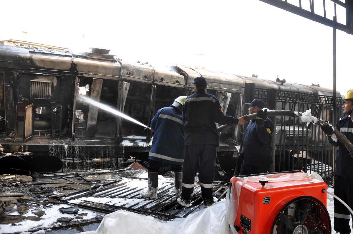 قوات الحماية المدنية تقوم بعملية إطفاء النيران جراء الحريق (حسام علي- إندبندنت عربية)