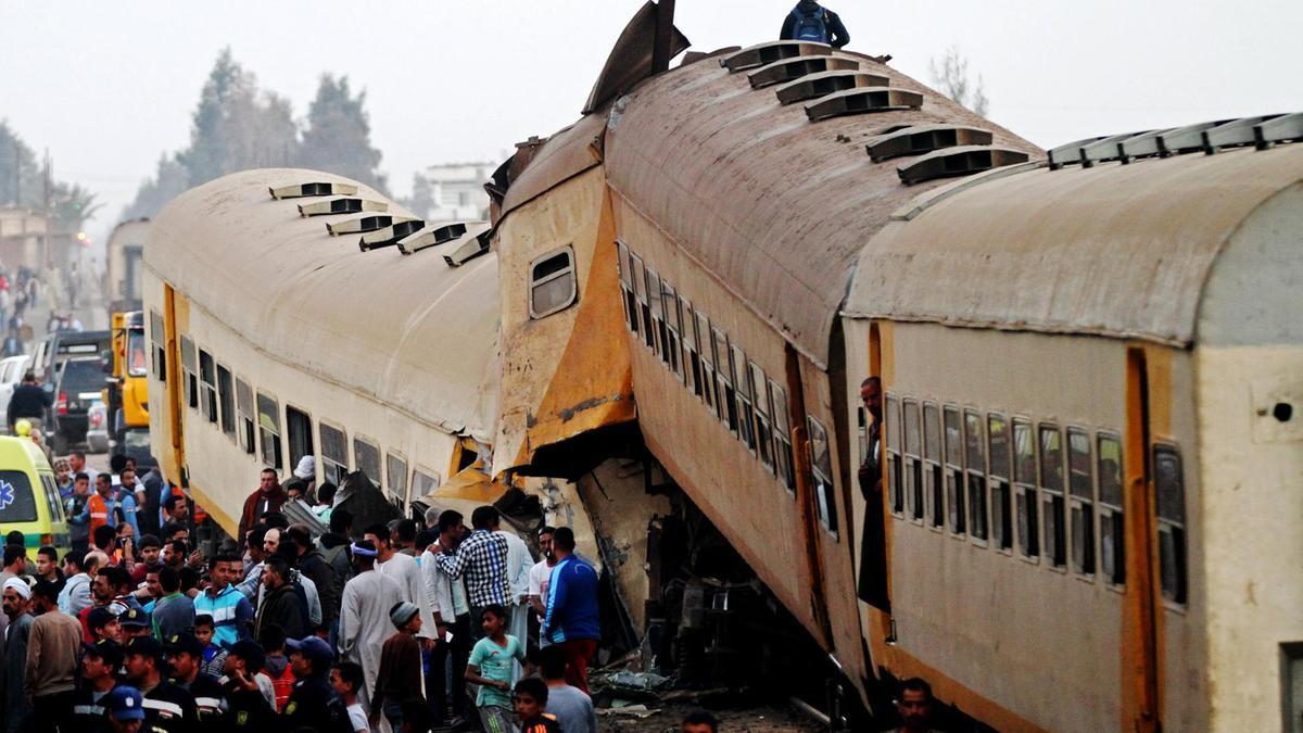 حطام قطار ركاب تصادم مع قطار شحن في قرية كوم حمادة في محافظة البحيرة. (أ.ف.ب)