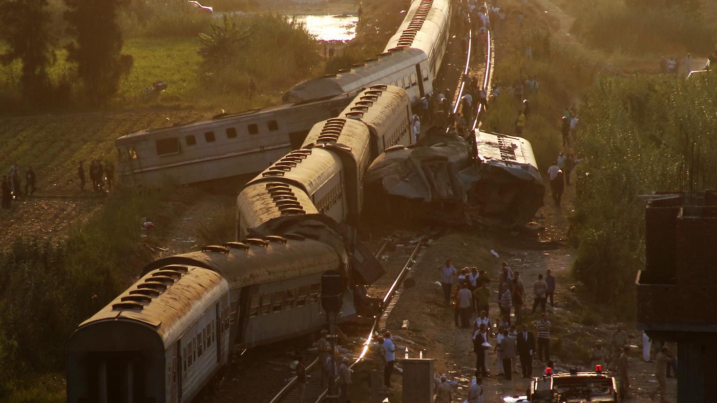 حادث قطار أسفر عن مقتل أكثر من 40 شخصا خارج محافظة الإسكندرية. (أ.ب)