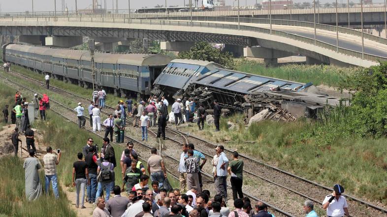 مصريون يتفقدون حطام قطار بعد خروجه عن القضبان بالقرب من قرية العياط بالجيزة، 7 سبتمبر (أيلول) 2016. (أ ف ب.)