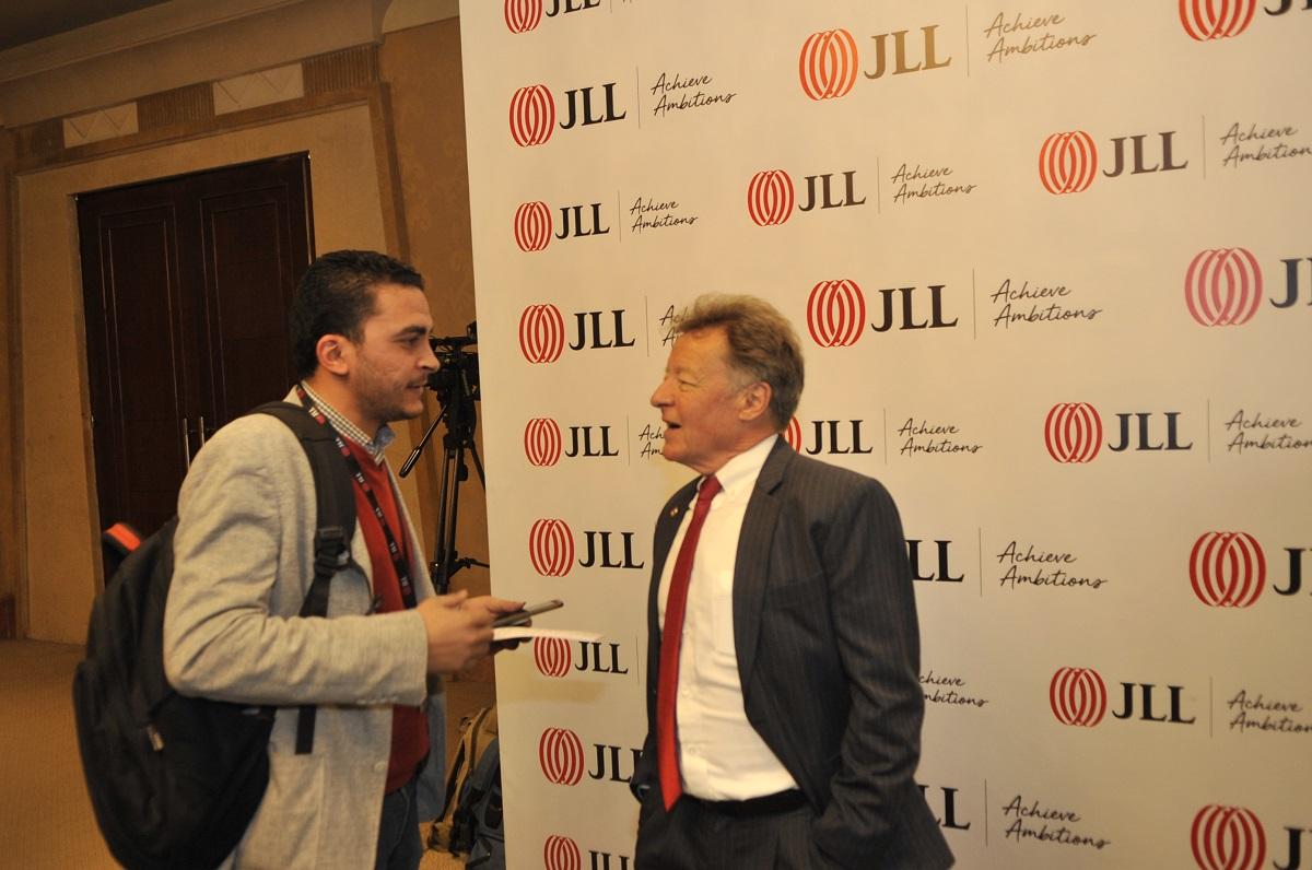 """كريج بلامب رئيس وحدة الأبحاث في """"جيه إل إل"""" مع المحرر أحمد عبد الحكيم. (تصوير حسام علي. إندبندنت عربية)"""