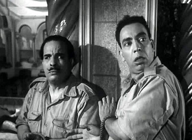 """إسماعيل ياسين الصديق الأقرب للقصري معاً في فيلم """"متحف الشمع""""، إنتاج 1956 (موقع السينما.كوم)"""