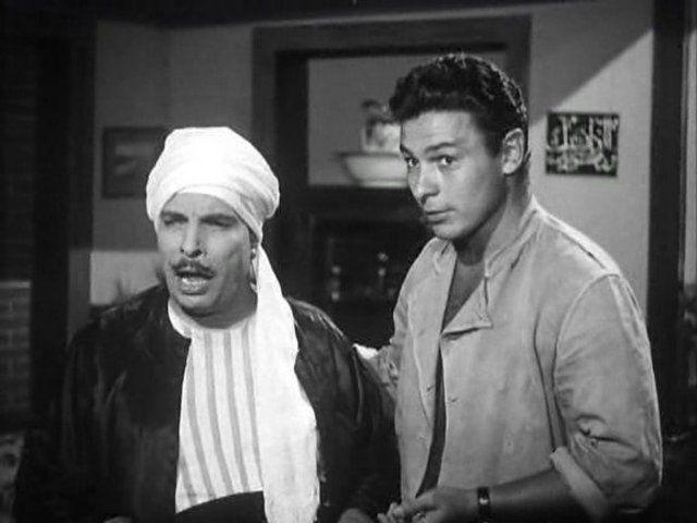 """القصري والفنان أحمد رمزي في فيلم """"ابن حميدو"""" واحد من أشهر الأفلام الكوميدية في تاريخ السينما المصرية، إنتاج1957. (موقع السينما.كوم)"""