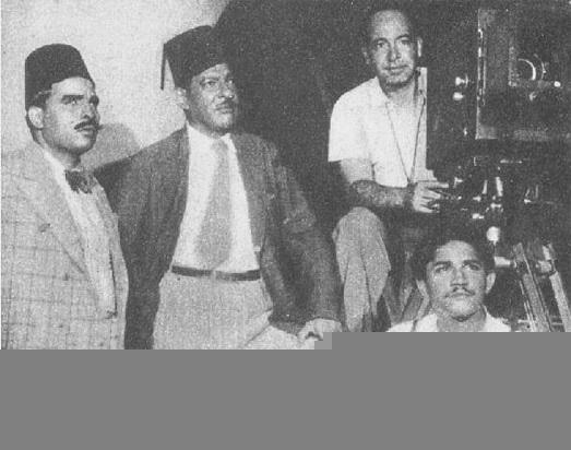 """عبد الفتاح القصري ونجيب الريحاني في كواليس فيلم """"سي عمر""""، إنتاج عام 1938. (وكيميديا)"""