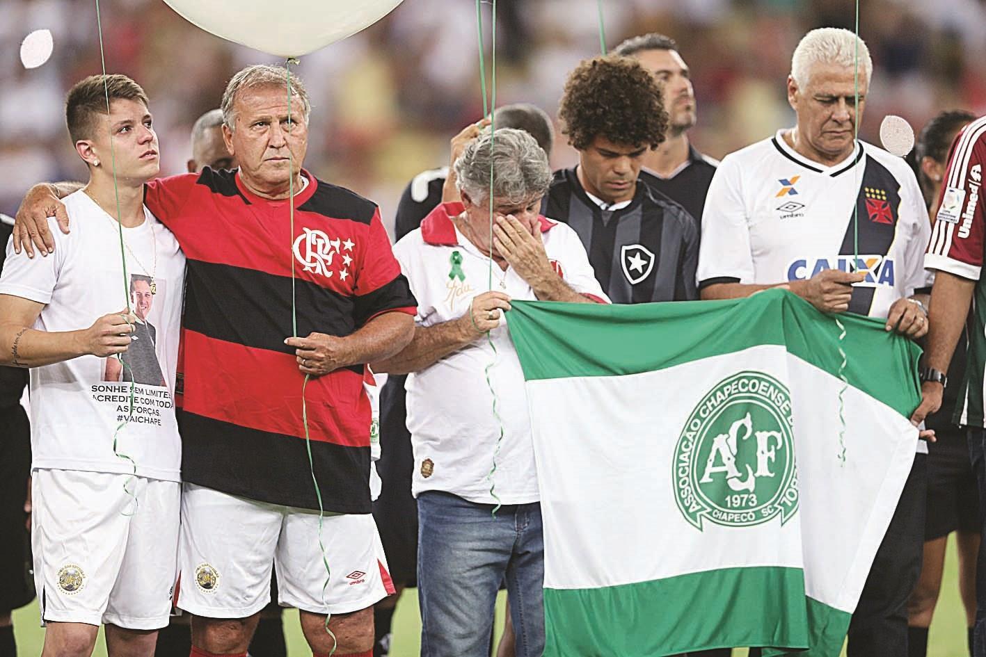 زيكو لاعب المنتخب البرازيلي السابق خلال مباراة النجوم لتكريم ضحايا فريق شابيكوينسي في ريو دي جانيرو. (رويترز)