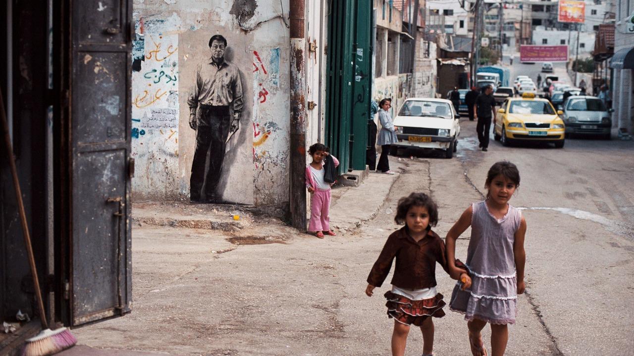 غرافتي للراحل محمود درويش على أحد المنازل في رام الله. (الموقع الرسمي للفنان الفرنسي أرنست بينيون أرنست)