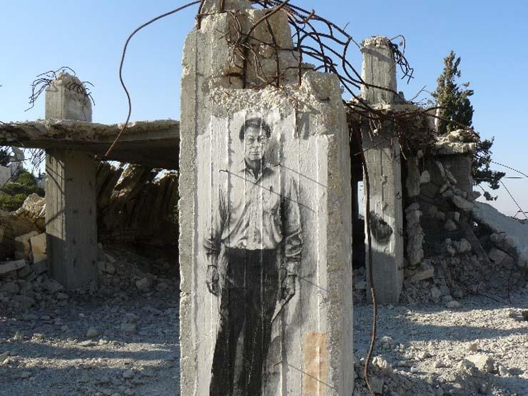 رسم غرافتي لمحمود درويش على الجدار العازل في الضفة الغربية. (الموقع الرسمي للفنان الفرنسي أرنست بينيون أرنست)