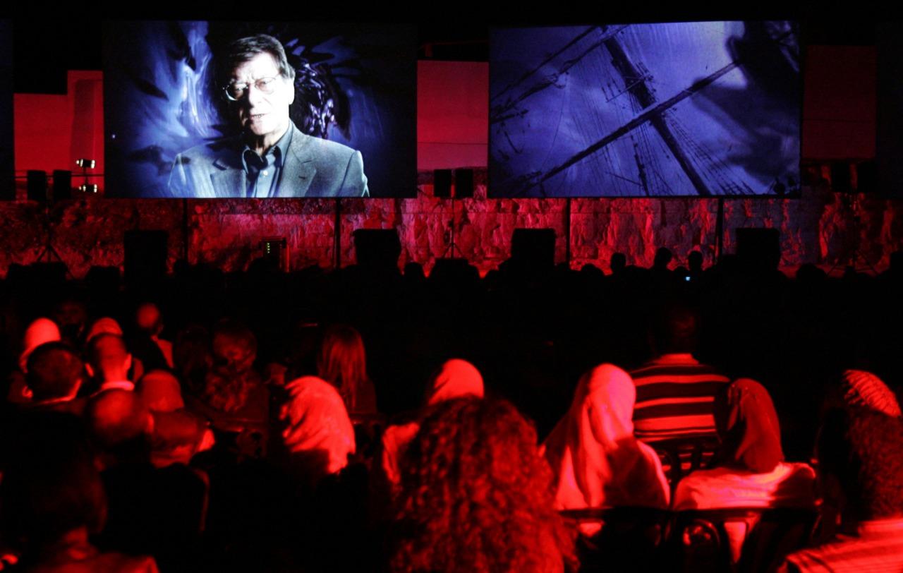 الجمهور يشاهد فيلما عن محمود درويش للمخرج النرويجي توماس هوووك في اليوم الأربعين على رحيله بمدينة رام الله. 5 أكتوبر (تشرين الأول) 2008. (أ.ف.ب)