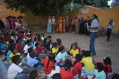 """مشروع """"عربة الحواديت"""" لا يكتفي بتوزيع الكتب على الأطفال بل يقيم ورشا للحكي القصصي وأنشطة أخرى فنية مختلفة. (خاص. إندبندنت عربية)"""