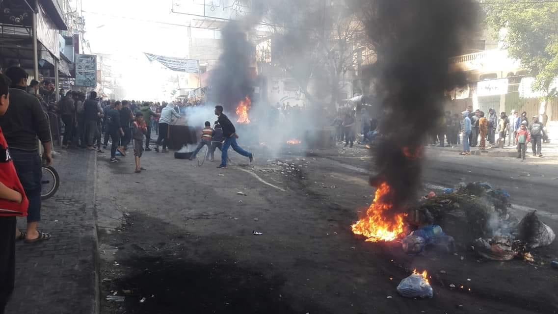 """تفريق المتظاهرين في الحراك من قبل عناصر أمن """"حماس"""" وإشعال الإطارات المطاطية (أسامة الكلحوت)"""