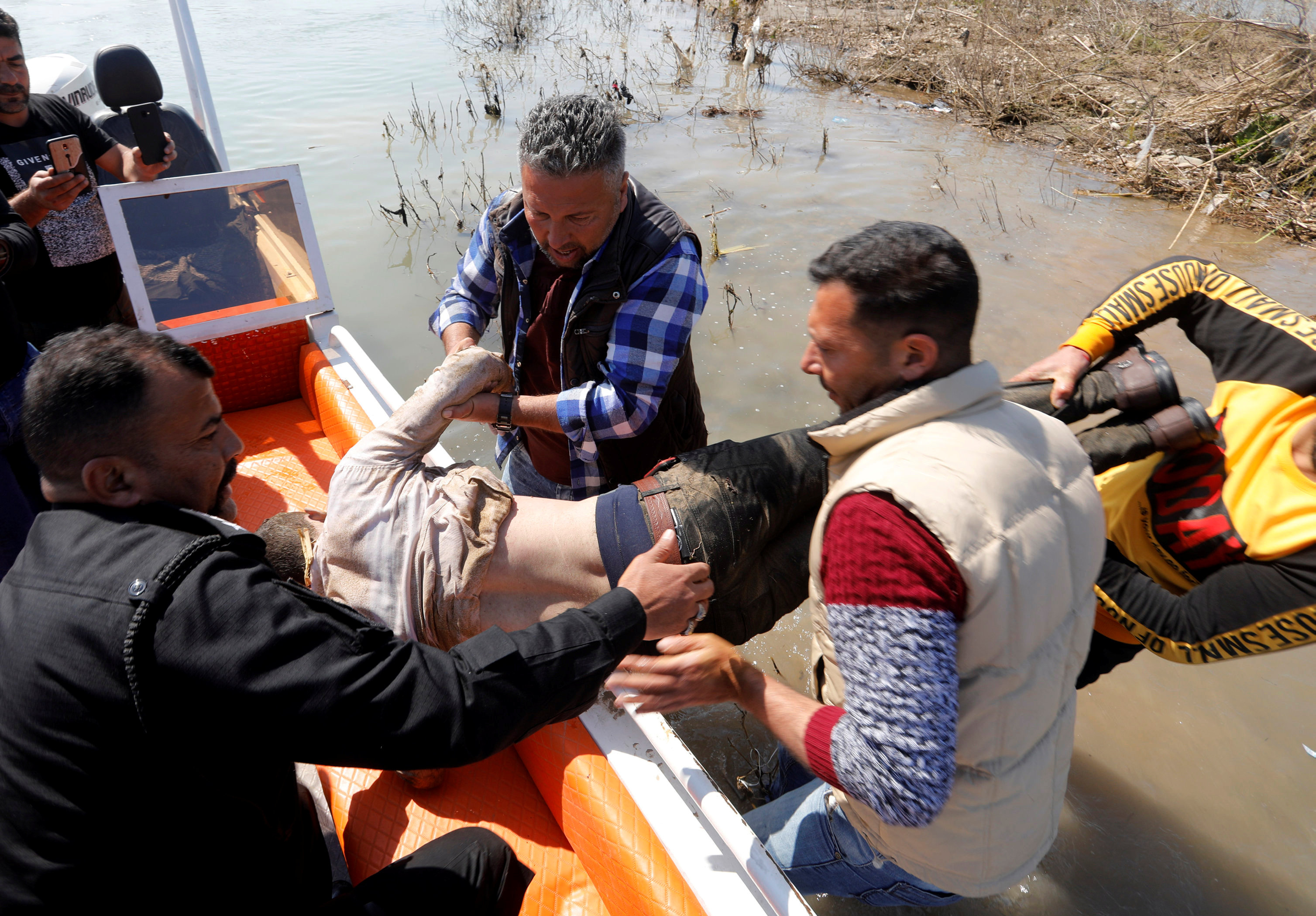 بين الغرقى كان يوجد عدد كبير من الأطفال (رويترز)