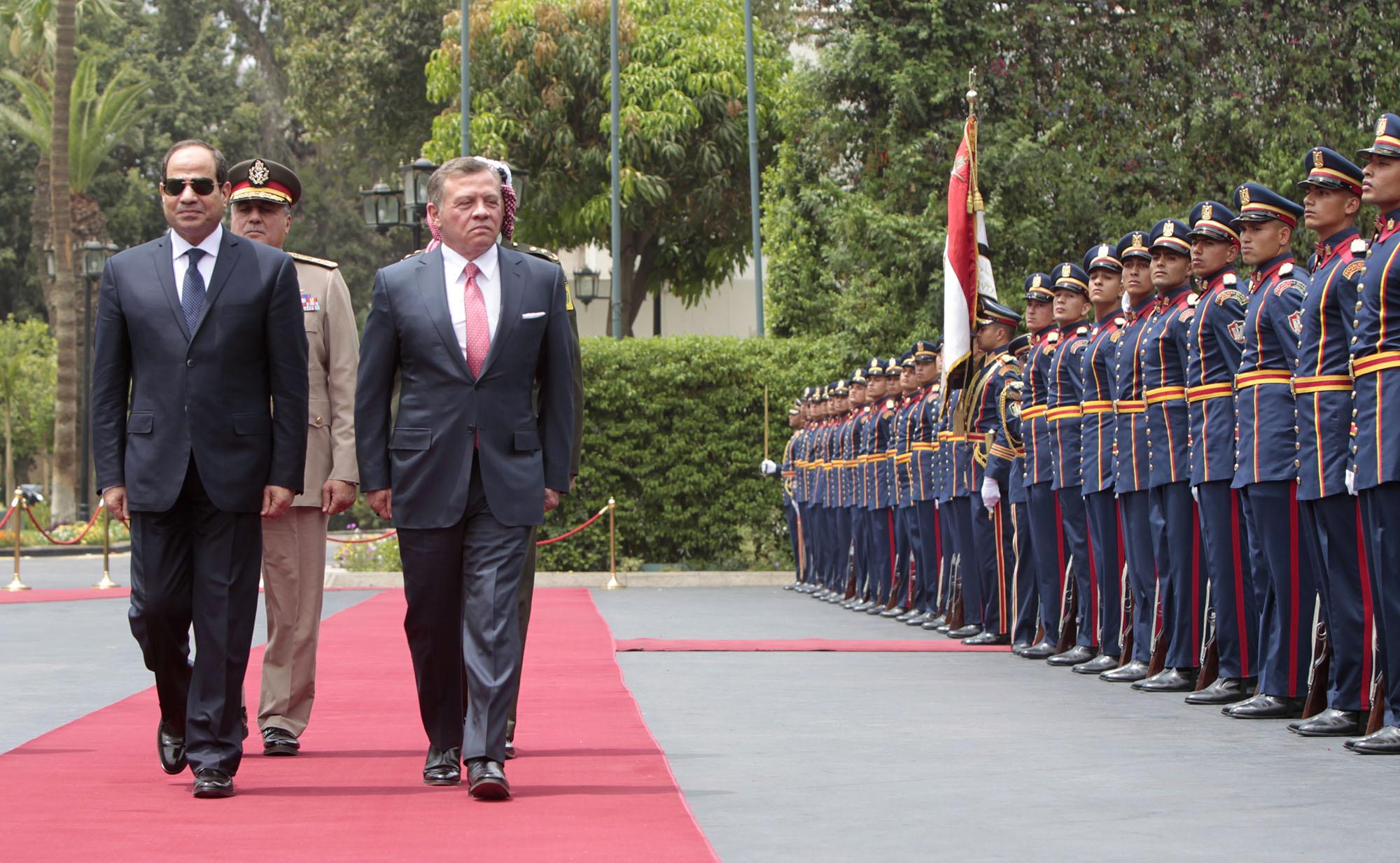 العاهل الأردني الملك عبد الله الثاني والرئيس المصري عبد الفتاح السيسي خلال مراسم استقباله في زيارة سابقة للقاهرة.  (أ.ف.ب)