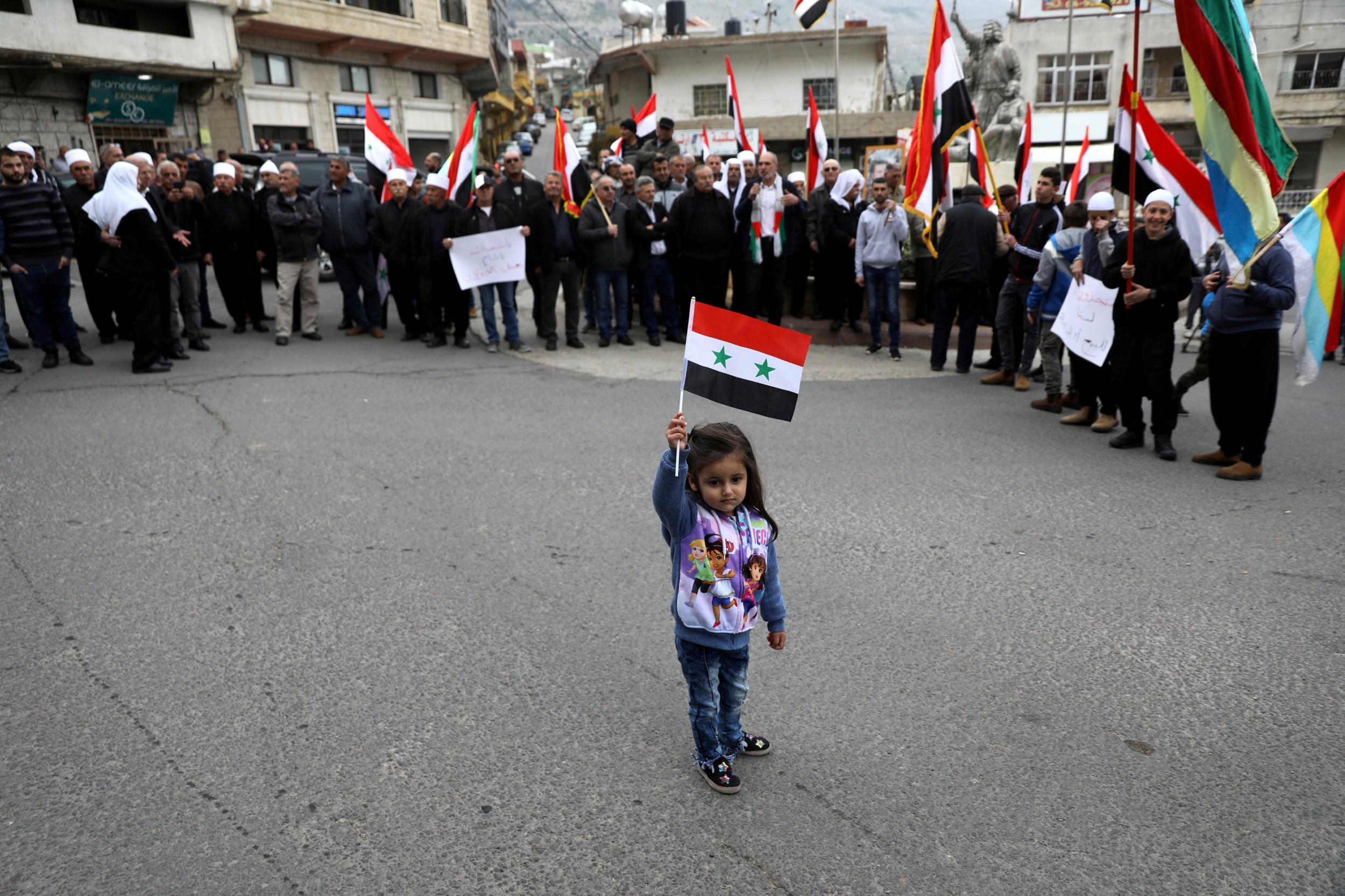 وقفة احتجاجية لسكان بلدة مجدل شمس المطلة على خط الهدنة الفاصل بين سوريا وإسرائيل (رويترز)