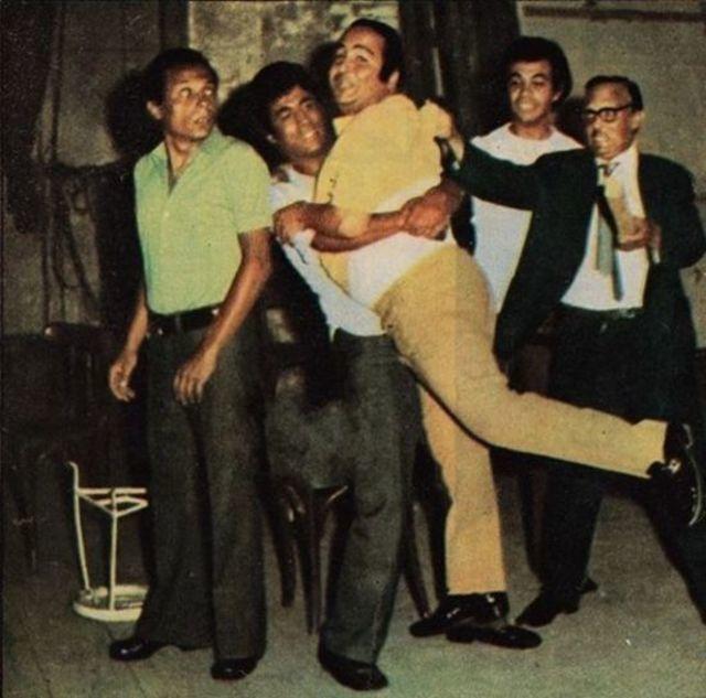 """عبد المنعم مدبولي، أحمد زكي، عادل إمام، يونس شلبي، هادي الجيار، في كواليس مسرحية """"مدرسة المشاغبين"""". (السينما.كوم)"""