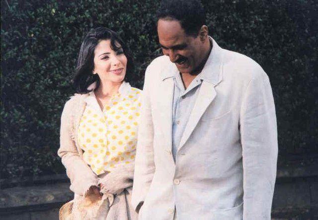"""أحمد زكي والفنانة منى زكي في فيلم """"أيام السادات""""، إنتاج عام 2001. (السينما .كوم)"""