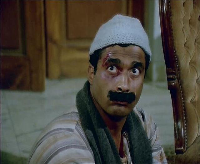 """الممثل الراحل أحمد زكي في فيلم """"البيه البواب"""". إنتاج عام 1987. (السينما.كوم)"""