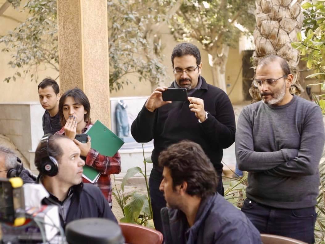 """المؤلف أيمن بهجت قمر والمخرج رامي إمام في كواليس تصوير مسلسل """"فالينتينو"""". (إندبندنت عربية)"""