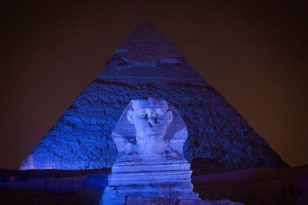 أبو الهول والأهرامات باللون الأزرق في اليوم العالمي للتوحد (وكالة الأنباء المصرية)