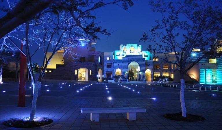 الجامعة الأميركية بالقاهرة باللون الأزرق في اليوم العالمي للتوحد. (الموقع الرسمي للجامعة)