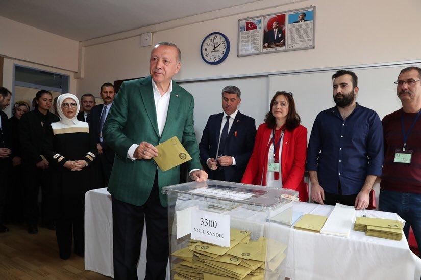 أردوغان لدى إدلائه بصوته في الانتخابات البلدية. (الموقع الرسمي لرئاسة الجمهورية التركية)