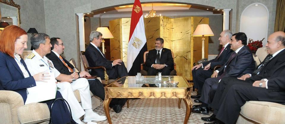 محمد مرسي وكامل عمرو في لقاء مع وزير الخارجية الأميركي الأسبق جون كيري على هامش اجتماعات القمة الأفريقية. مايو (أيار) 2013. (الألبوم الخاص لوزير الخارجية المصري الأسبق)