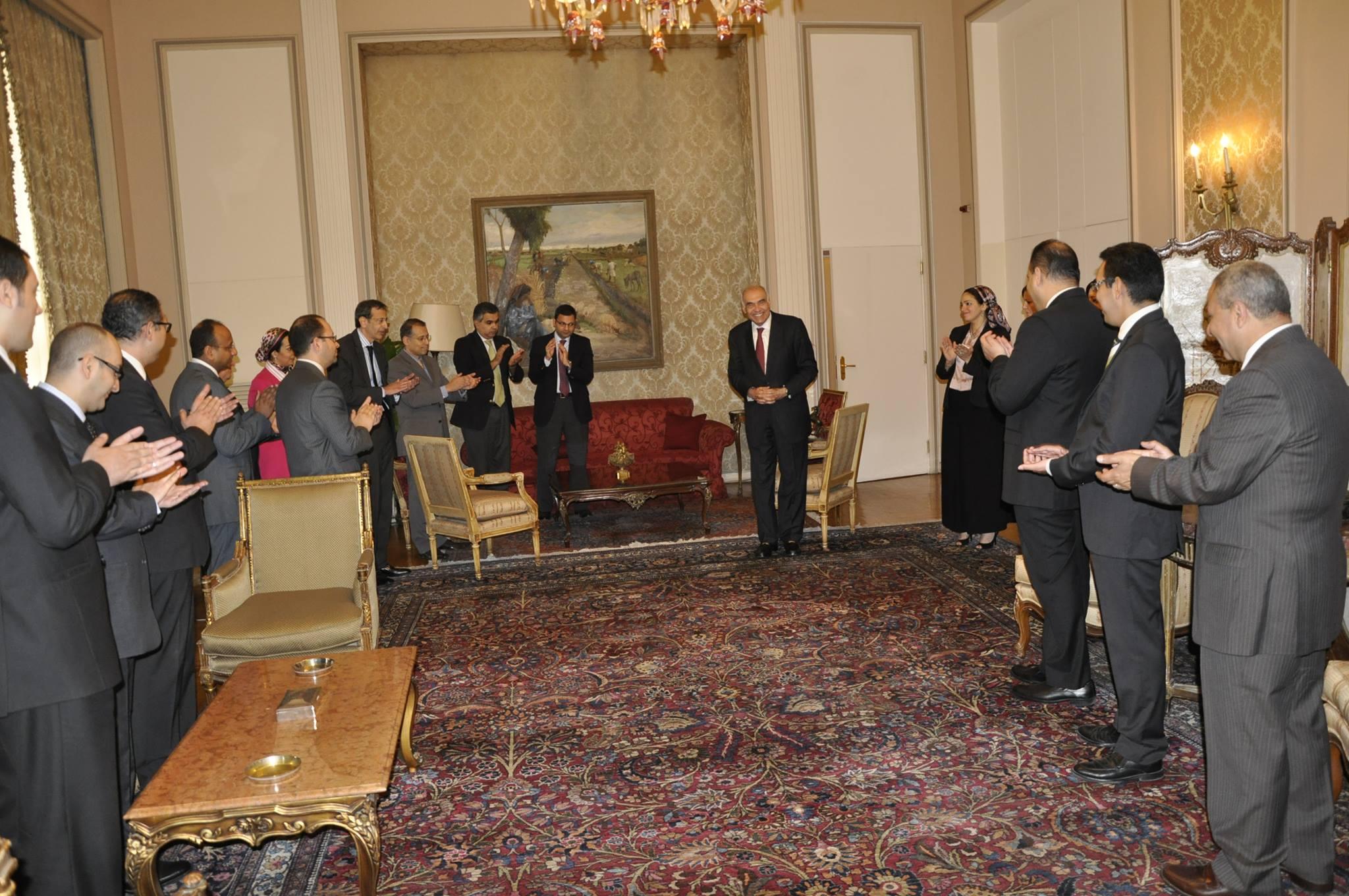 محمد كامل عمرو وعدد من الدبلوماسيين المصريين بعد تقديمه استقالته بمقر الخارجية المصرية (الألبوم الشخصي للوزير الأسبق).jpg
