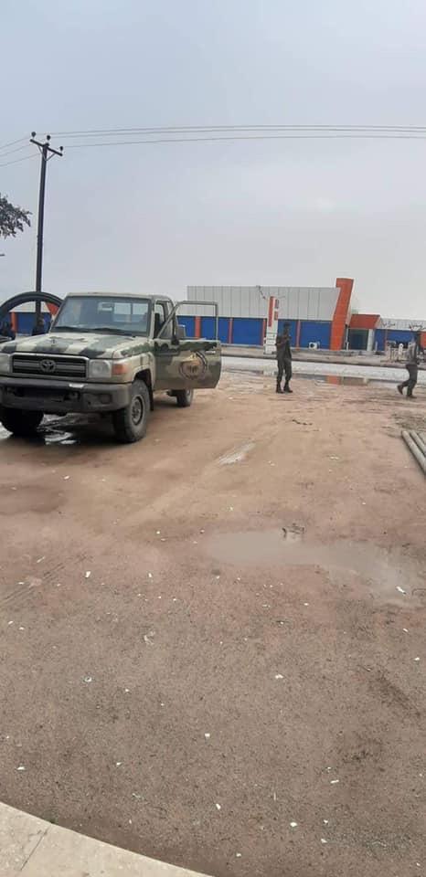 القوات المسلحة العربية الليبية في منطقة قصر بن غشير بعد سيطرتها عليها (اندبندنت عربية)