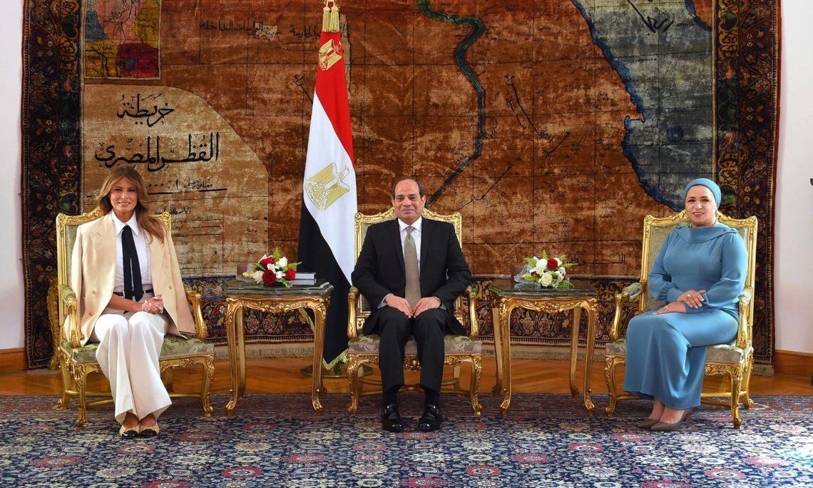 الرئيس المصري عبد الفتاح السيسي وقرينته السيدة انتصار السيسي في استقبال السيدة الأولى ميلانيا ترمب بالقاهرة. (الموقع الرسمي للسفارة الأميركية بالقاهرة)