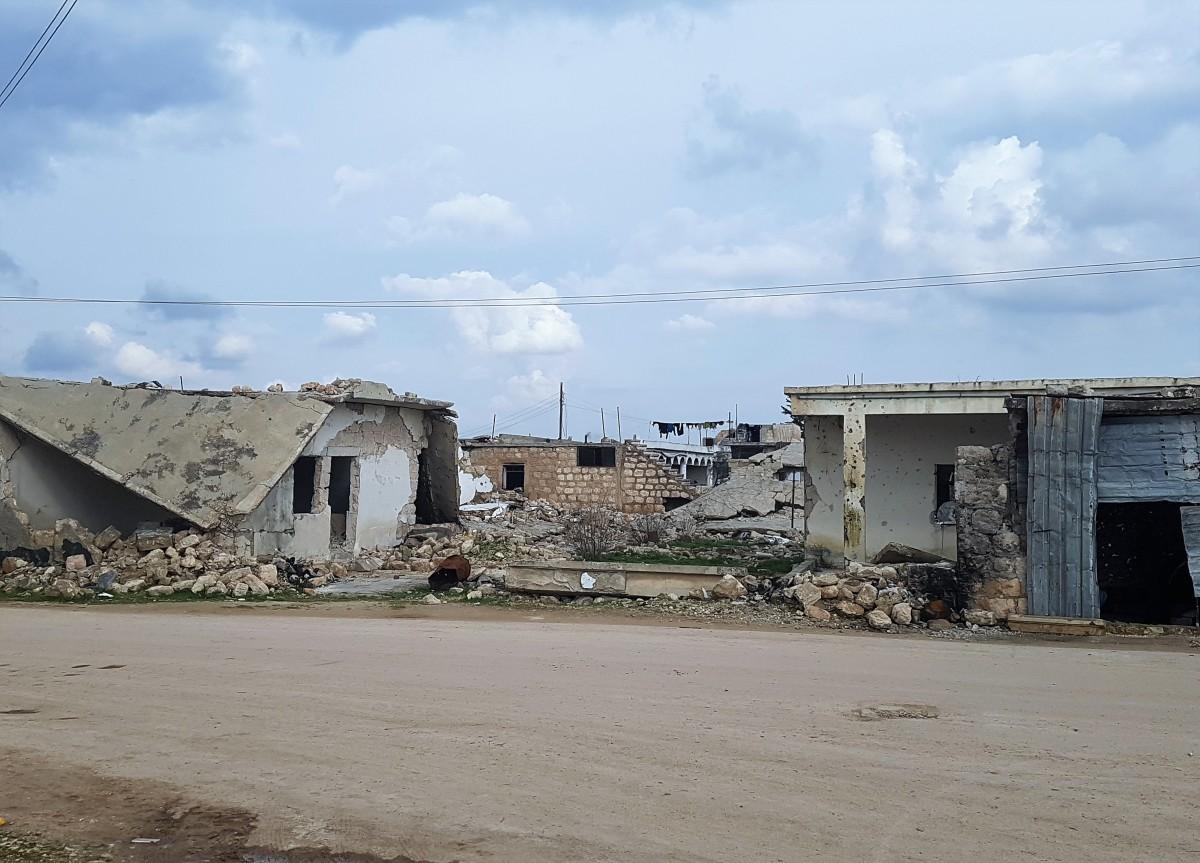 منازل مدمرة في منطقة الشهباء بسبب الصراع بين المعارضة والحكومة السورية (اندبندنت عربية)