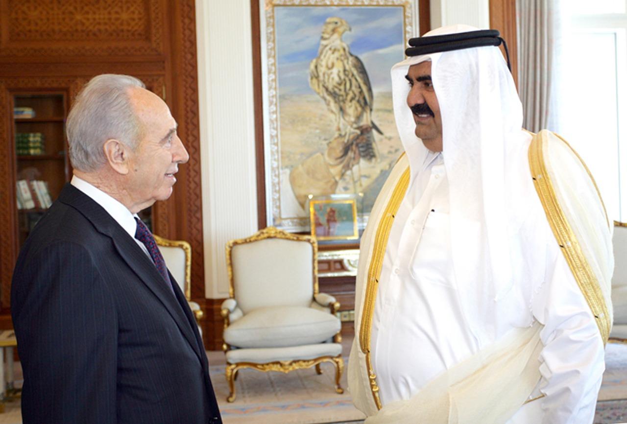 الشيخ حمد بن خليفة آل ثاني يرحب بـ شيمون بيريز في الدوحة 30 يناير 2007 (أ.ف.ب.)